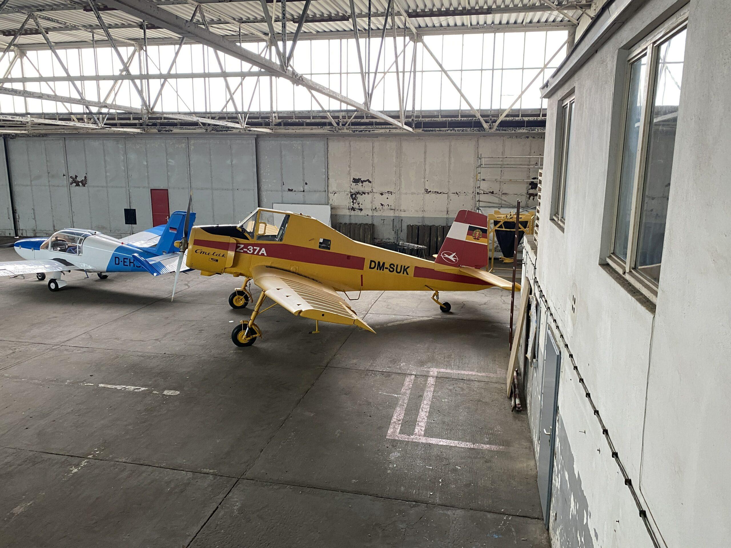 Zlin im Hangar